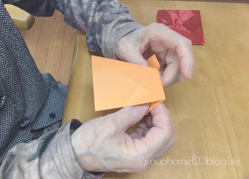 つばたグループホームいちにさん折り紙で千羽鶴