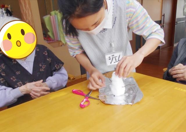 雪だるまを作るベトナム人実習生